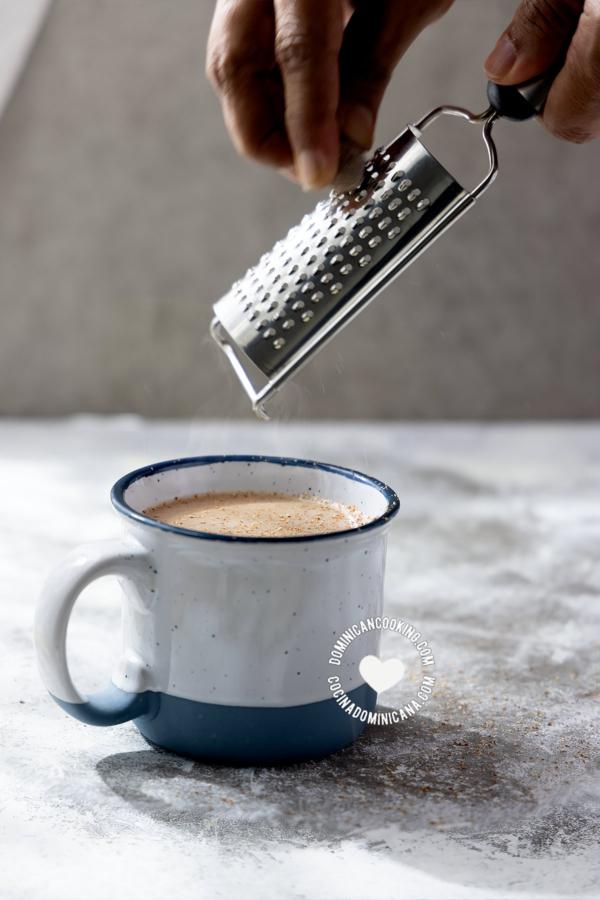 Agregando nuez moscada al chocolate de maní