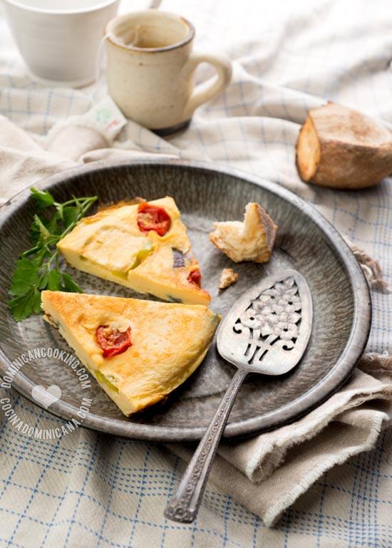 Receta Tortilla de Huevos a la Dominicana: Una tortilla de huevos y vegetales, clásico de mi cocina familiar, y desayuno perfecto de fin de semana.