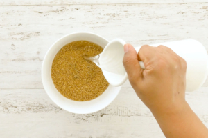 Agregando agua al trigo para remojar