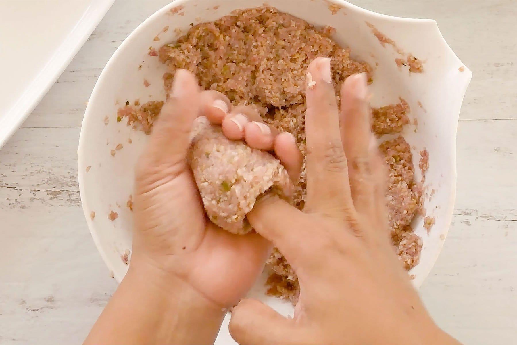 Haciendo hoyo en el kipe con un dedo
