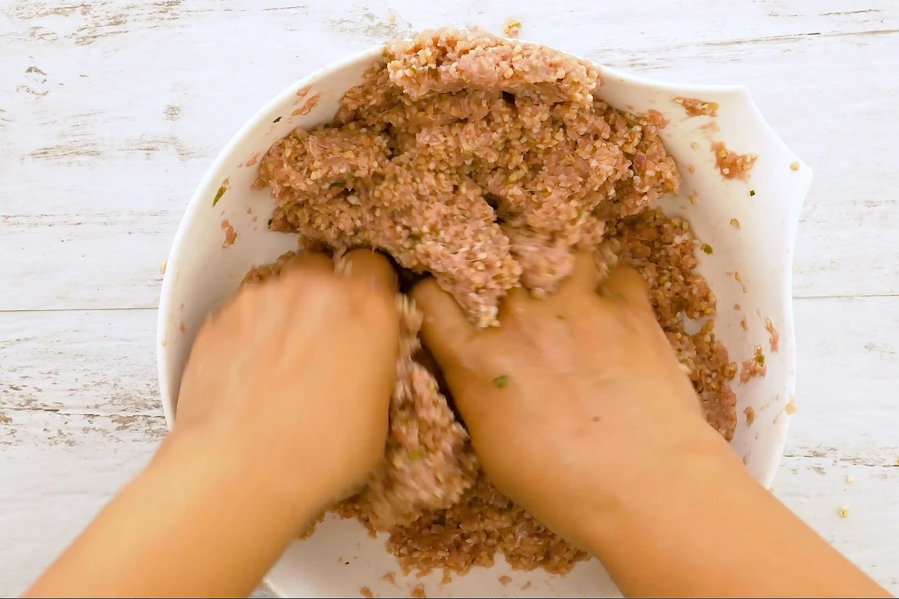 Mezclando trigo y carne con las manos