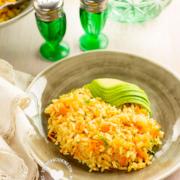 Arroz Amarillo con Zanahoria y Cebolla y rebanadas de aguacate