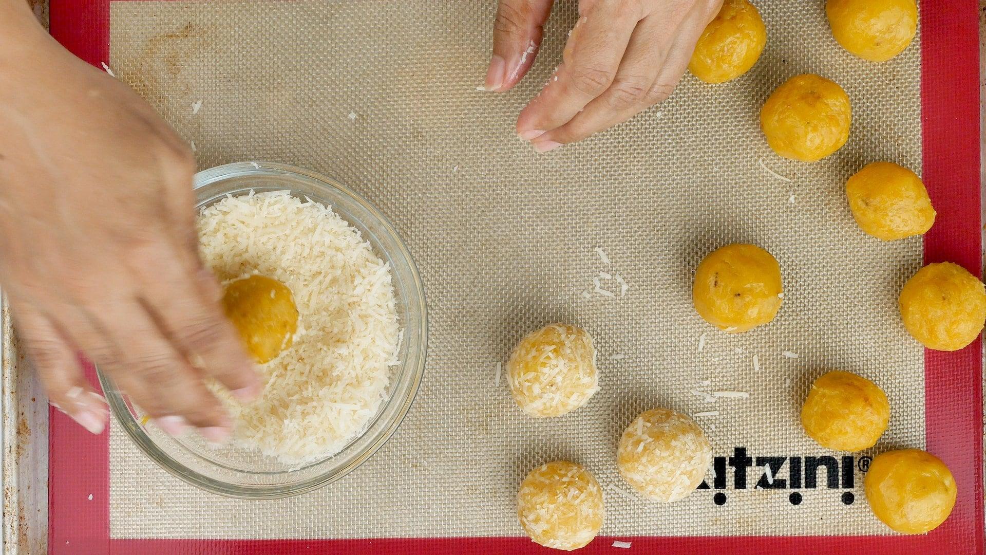 Cubriendo con parmesano