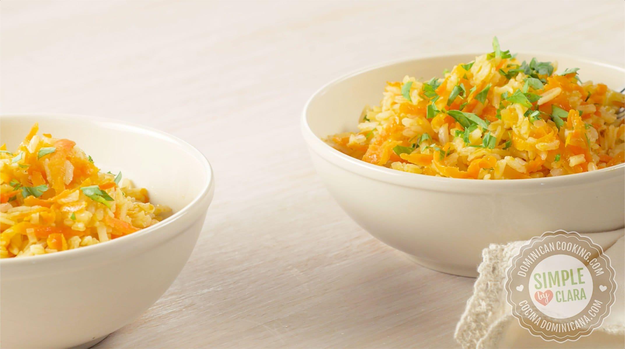 2 boles con arroz amarillo en la mesa