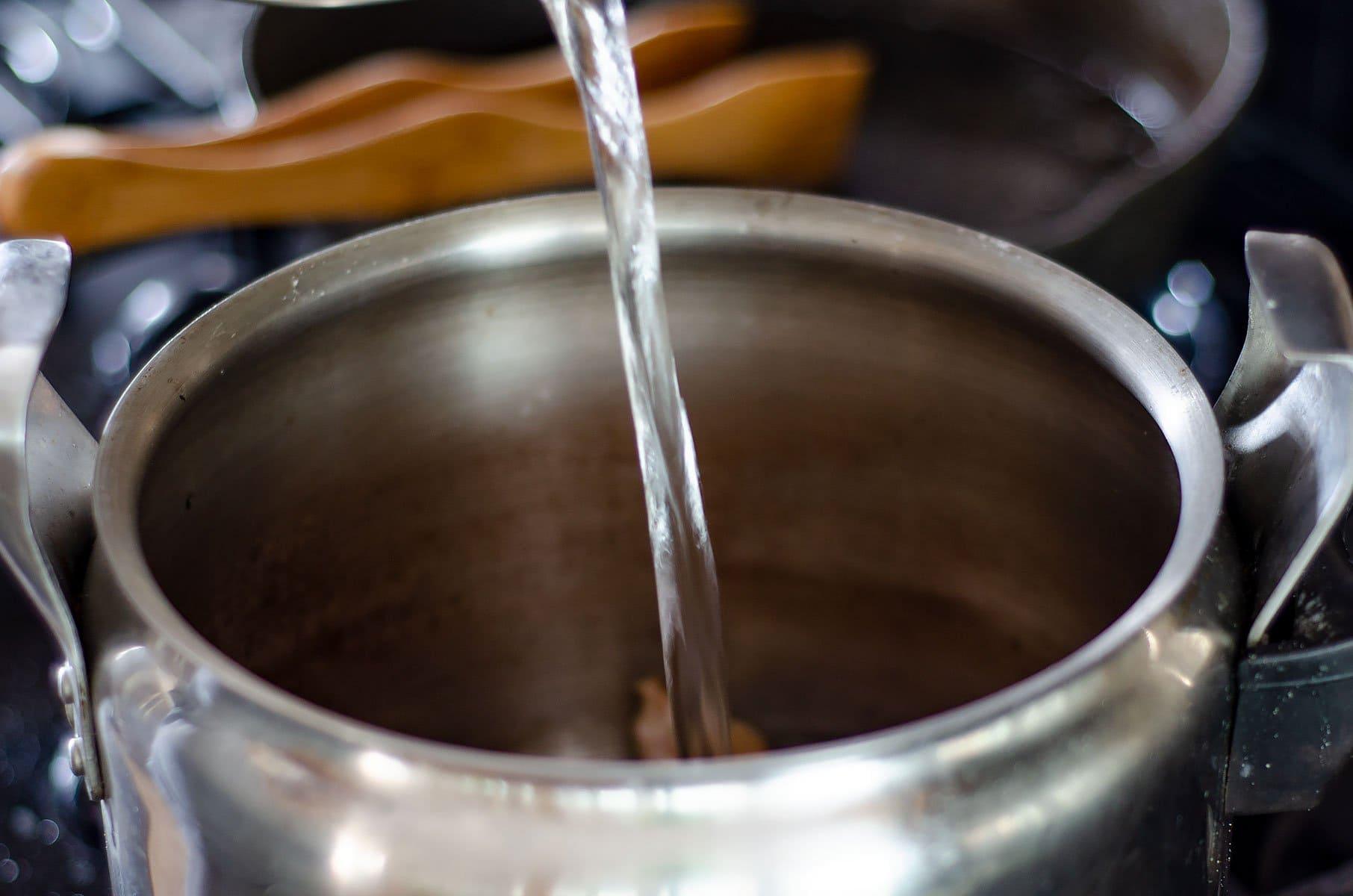 Agregando agua a la olla