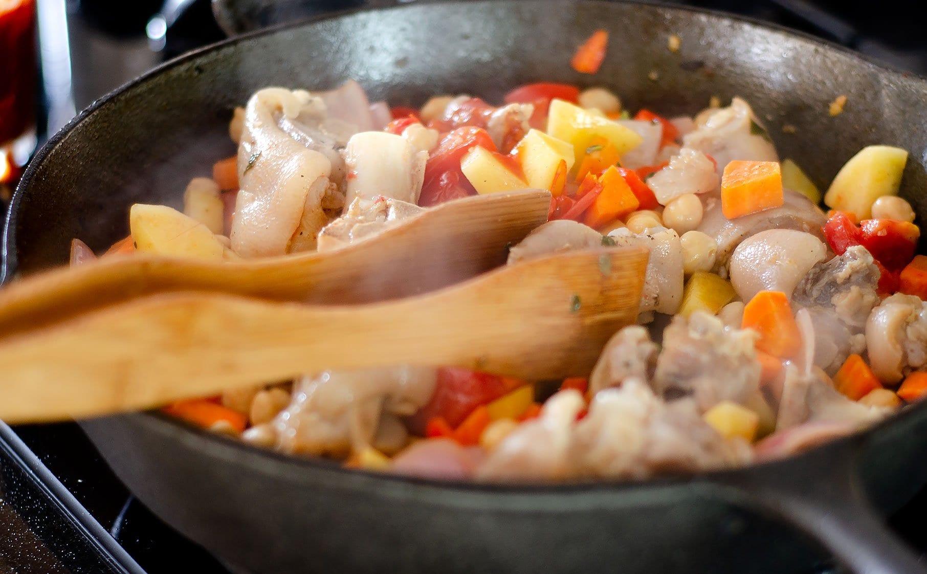 Sofriendo los vegetales y carne