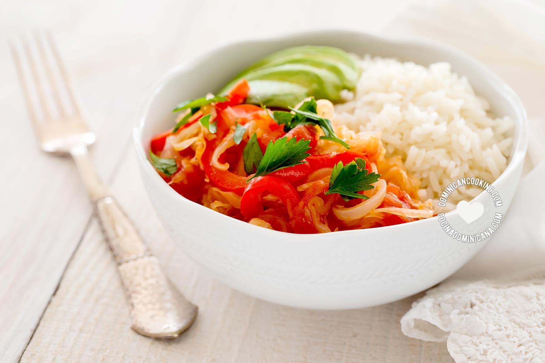 Repollo guisado servido con arroz y aguacate