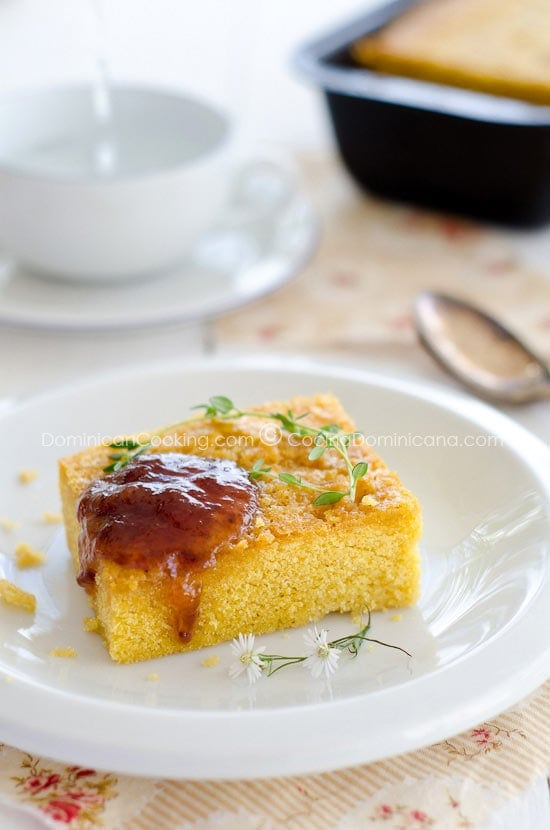 Receta Pan de Maíz Dominicano: este no es un pan, estrictamente hablando, sino más bien un pastel de harina de maíz. Va muy bien como postre o merienda.
