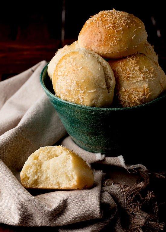 Receta Pan de Coco Levado: Basada en una receta tradicional de Samaná, este es un pan super-facil de preparar y usa harina común de todo uso.