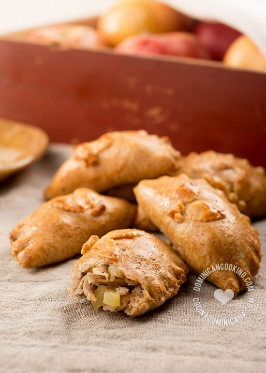 Receta Empanaditas Horneadas de Cerdo y Manzana: Una opción más saludable que las empanaditas fritas, y menos colesterol que las horneadas tradicionales, pues aceite en lugar de mantequilla.