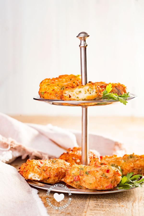 bandeja con bacalaitos fritos