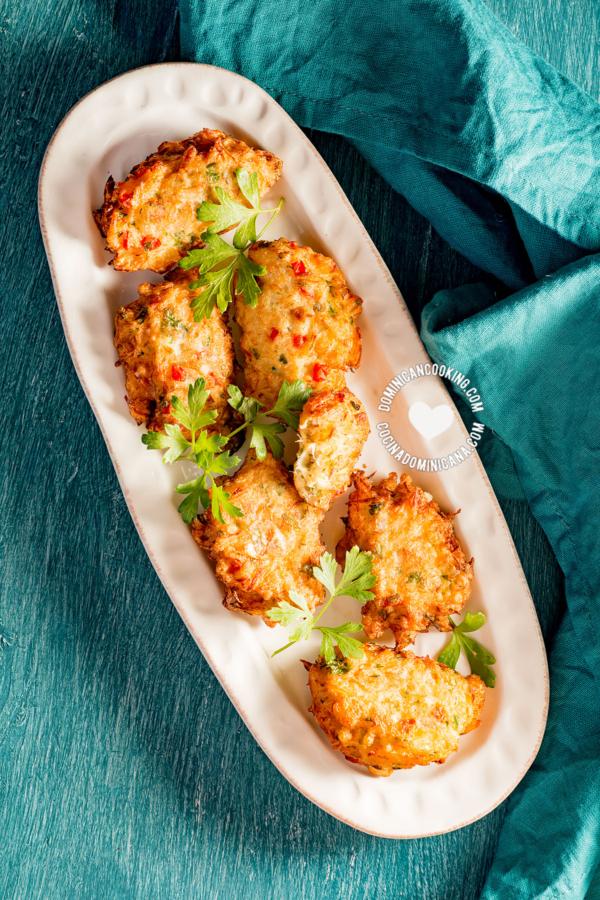 plato con bacalaitos fritos