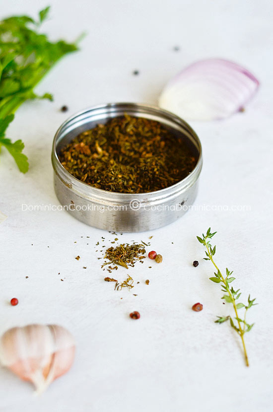 Receta Sazonador en Polvo Casero: ¿Que hacer con las hierbas que están a punto de estropearse? Prepara este sazonador y usa para dar sabor a tus platos.