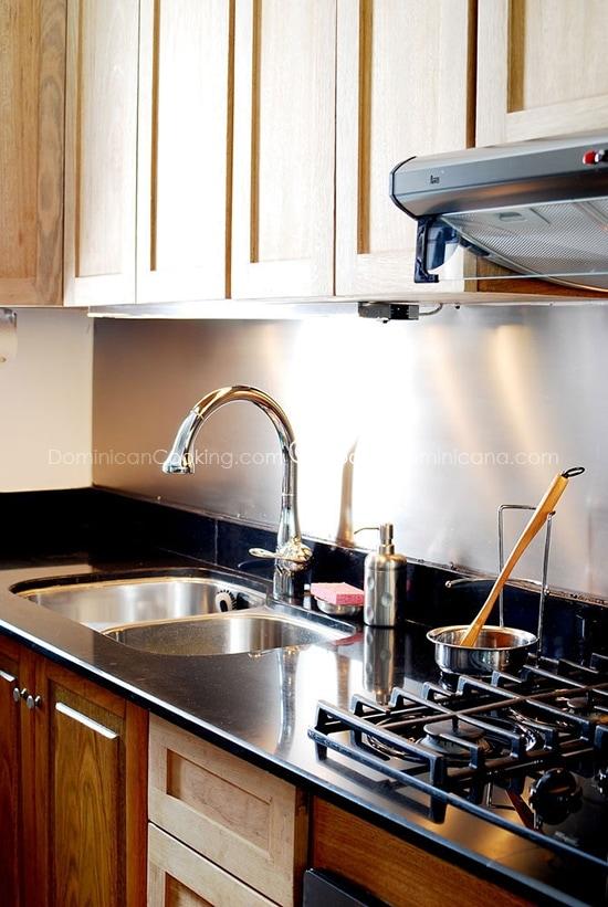 Una Cocina Verde puede ser de cualquier color. El verde es una referencia universal al medio ambiente. Aquí te damos ideas para tener una cocina ecológica.