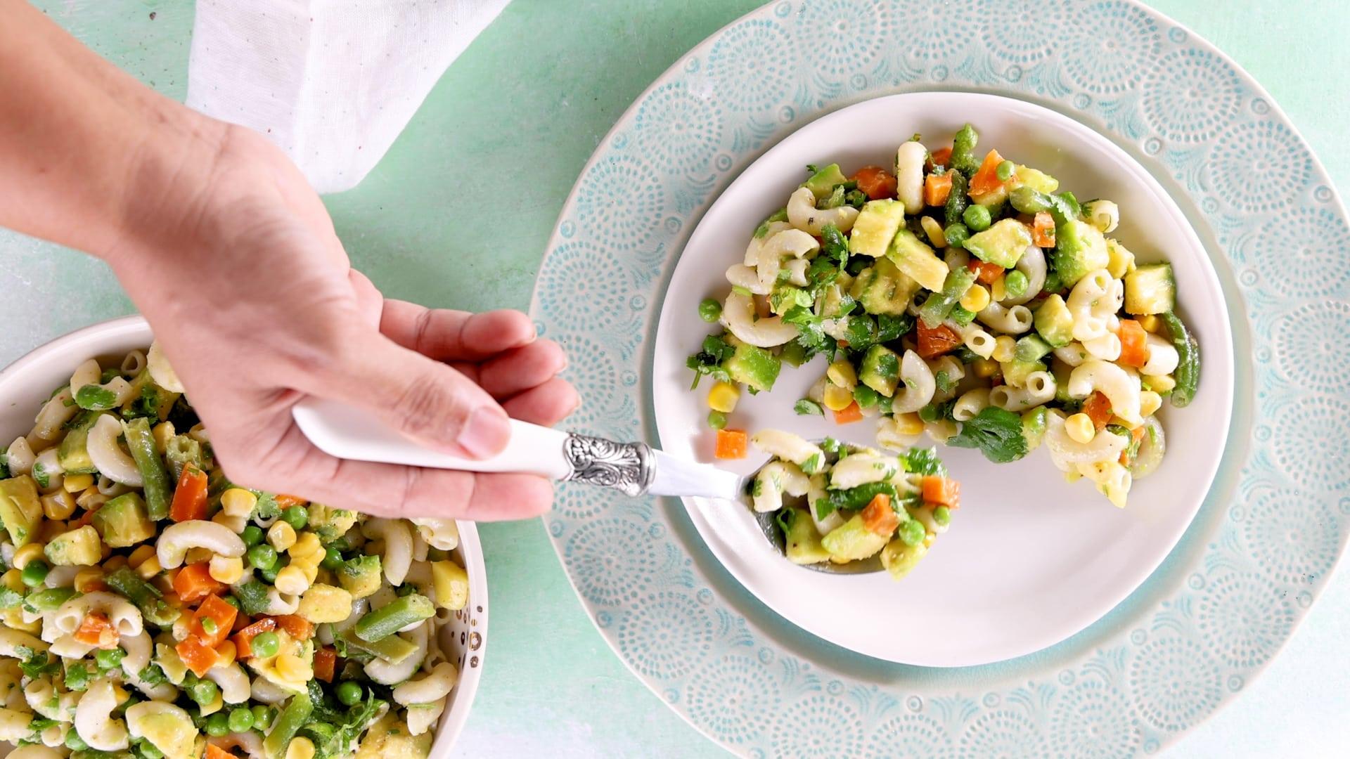 Sirviendo la ensalada