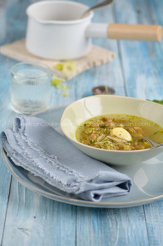 Receta Aguají (Caldo Rústico de Plátano): Nada calma un estómago inquieto como este delicioso caldo lleno de sabores fuertes en un plato ligero y reconfortante.