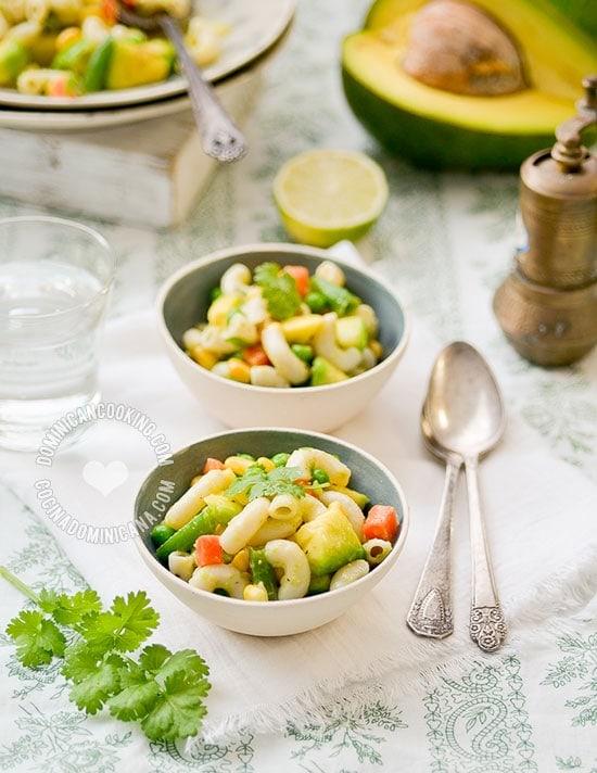 Receta Ensalada de Pasta y Aguacate: inspirada en la clásica ensalada de macarrones, esta versión es tan sabrosa como la original, pero mucho más saludable.