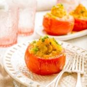 Receta Tomates Rellenos de Puré de Papa, Queso e Hierbas: Seis porciones de cremoso puré de papas con queso derretido y rico sabor a hierbas.