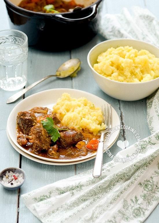 Receta Conejo en Salsa de Vino Blanco: Este rico y espeso guiso está inspirado en nuestro viaje a Constanza. Tan espectacular como la belleza de la región.