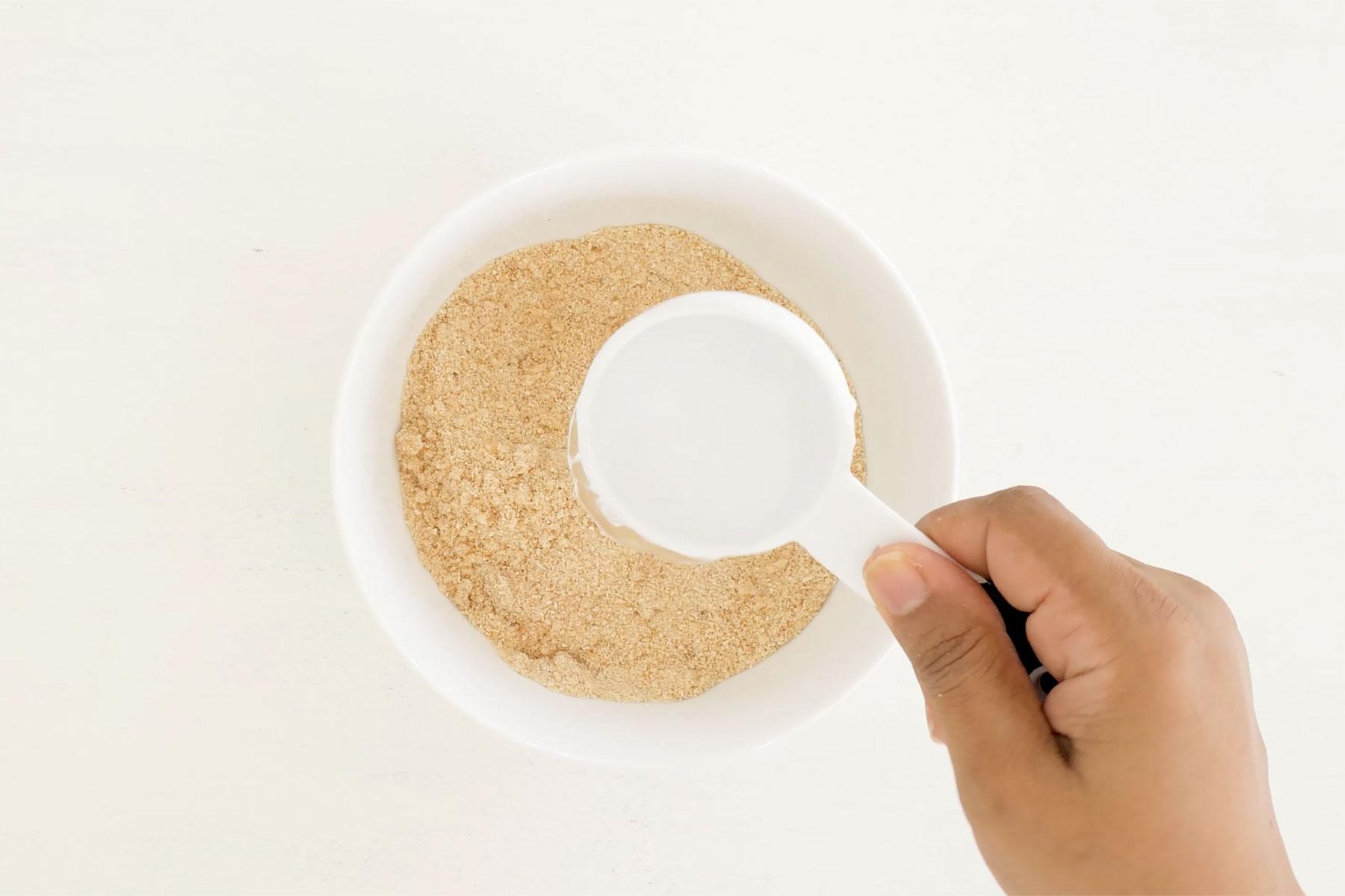 Agregando agua a la harina de yuca