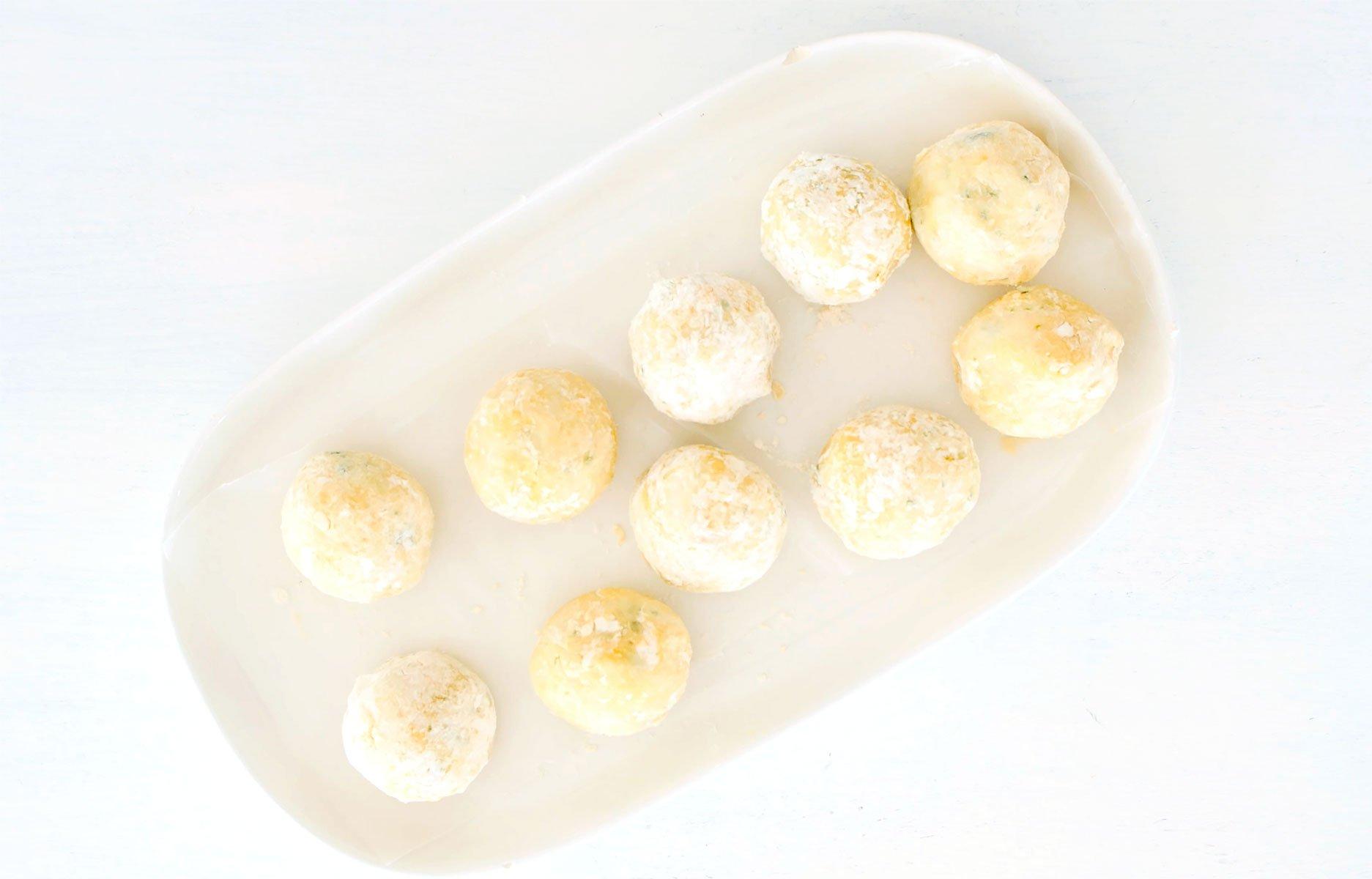 bolas de yuca enharinadas