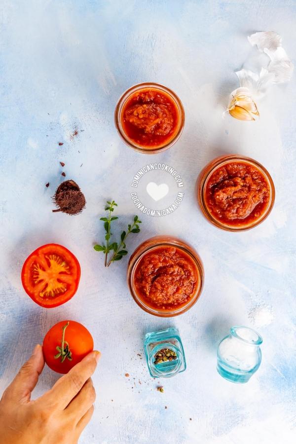 Potes de salsa de tomate e ingredientes