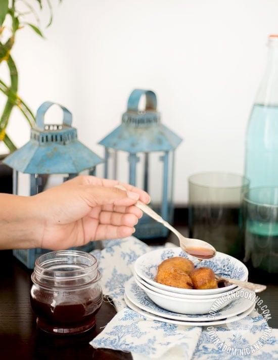 Buñuelos de Viento en Sirop - Receta: delicioso y decadente postre solo toma un poco de tiempo y algunos ingredientes para prepararlo. Se sirve tradicionalmente en la cuaresma en la Rep. Dominicana.
