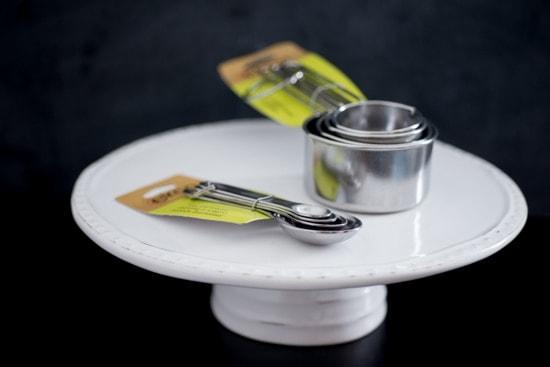Base para pasteles y utensilios de medir