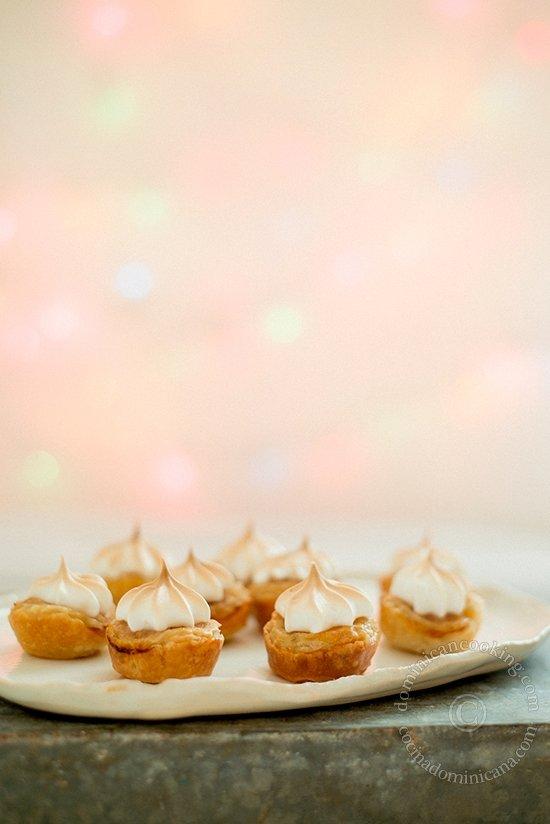 Receta Tarticos de Hojaldre Rellenos de Piña y Coco: Me encanta la masa de hojaldre, crujiente y delicada, el relleno de piña y coco y la coqueta terminación con suspiro (merengue).
