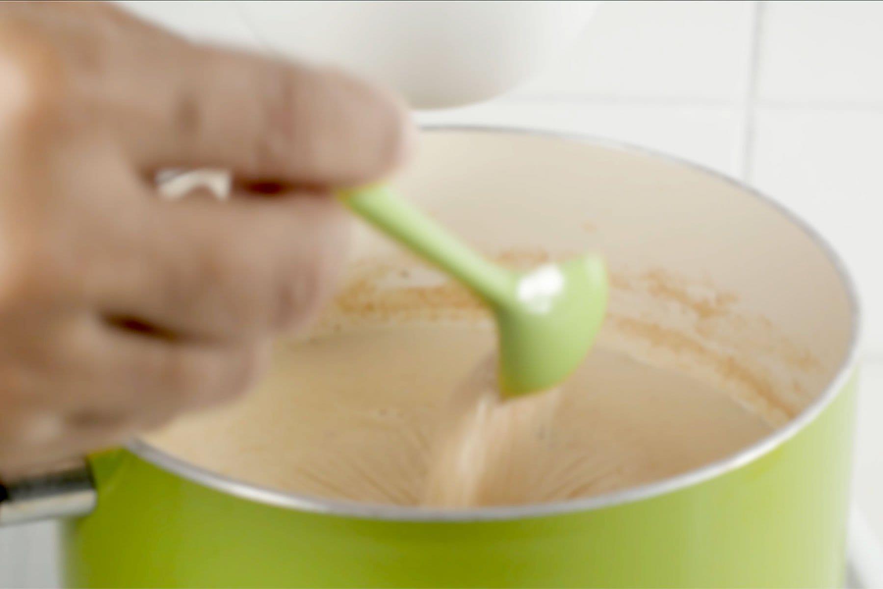 Agregando azúcar y reduciendo avena