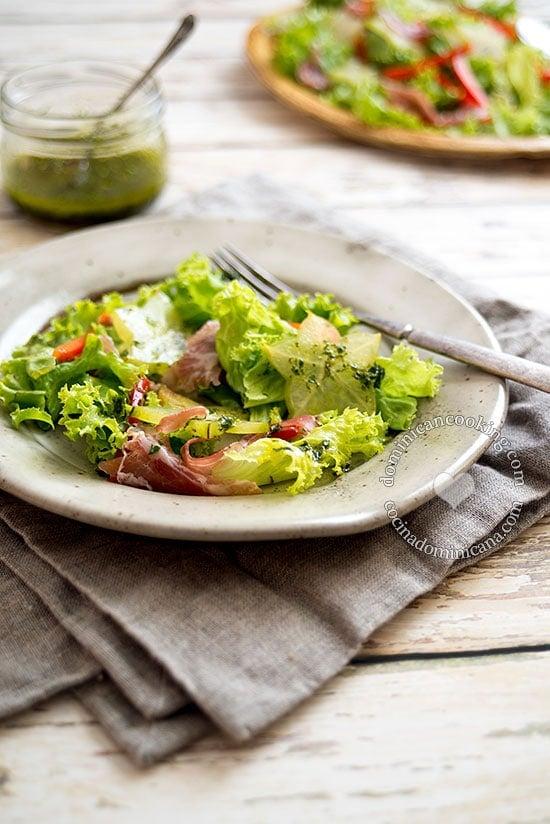 Receta Ensalada de Carambola y Serrano: un colorido plato que puedes servir en verano e impresionar a tus invitados, combina muy bien sabores contrastantes.