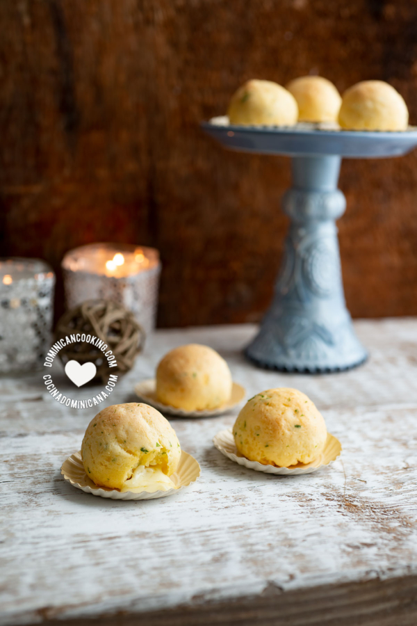 Bolas de Yuca Horneadas Rellenas de Queso con decoración de fiestas