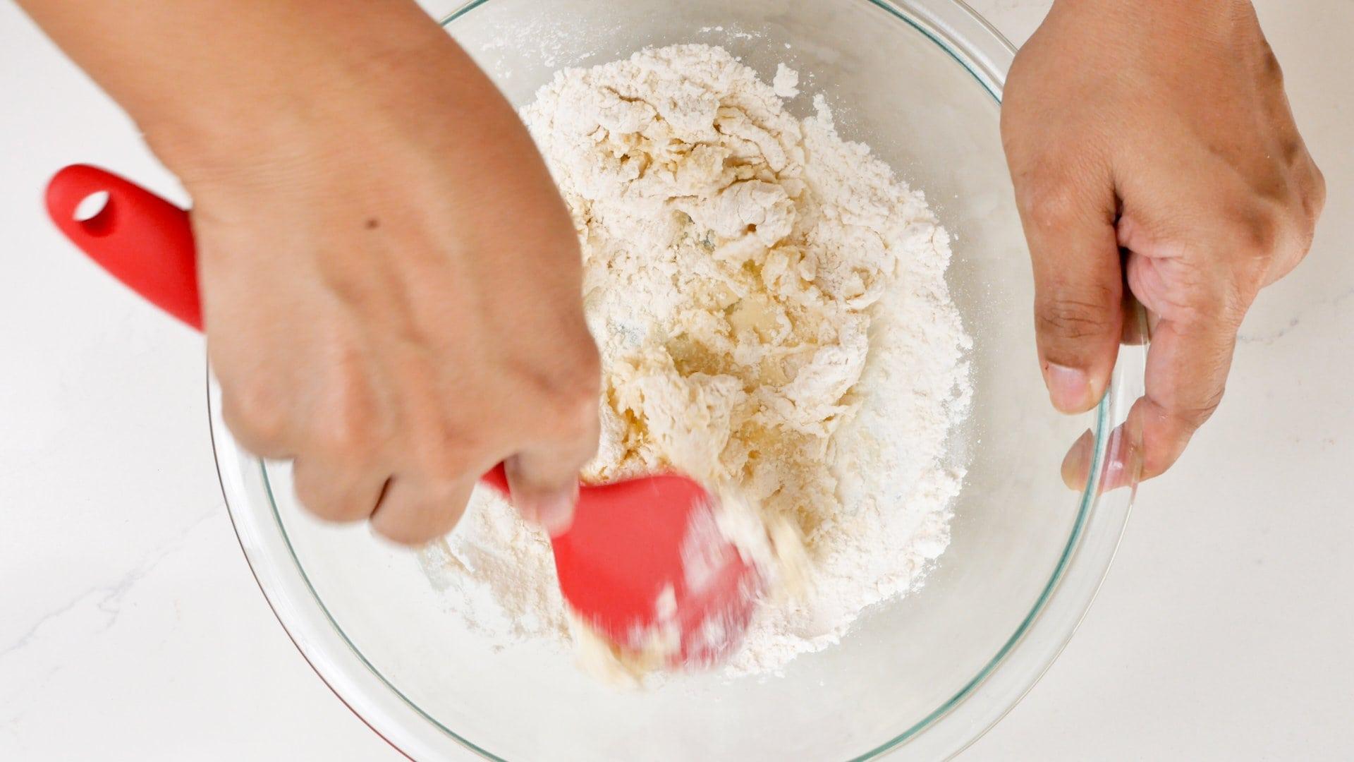 mezclando la masa para domplines