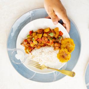 Tayota guisada con longaniza, arroz y tostones