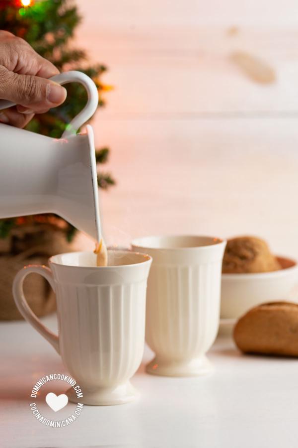 Pouring Ponche de Huevo y Café para el Desayuno