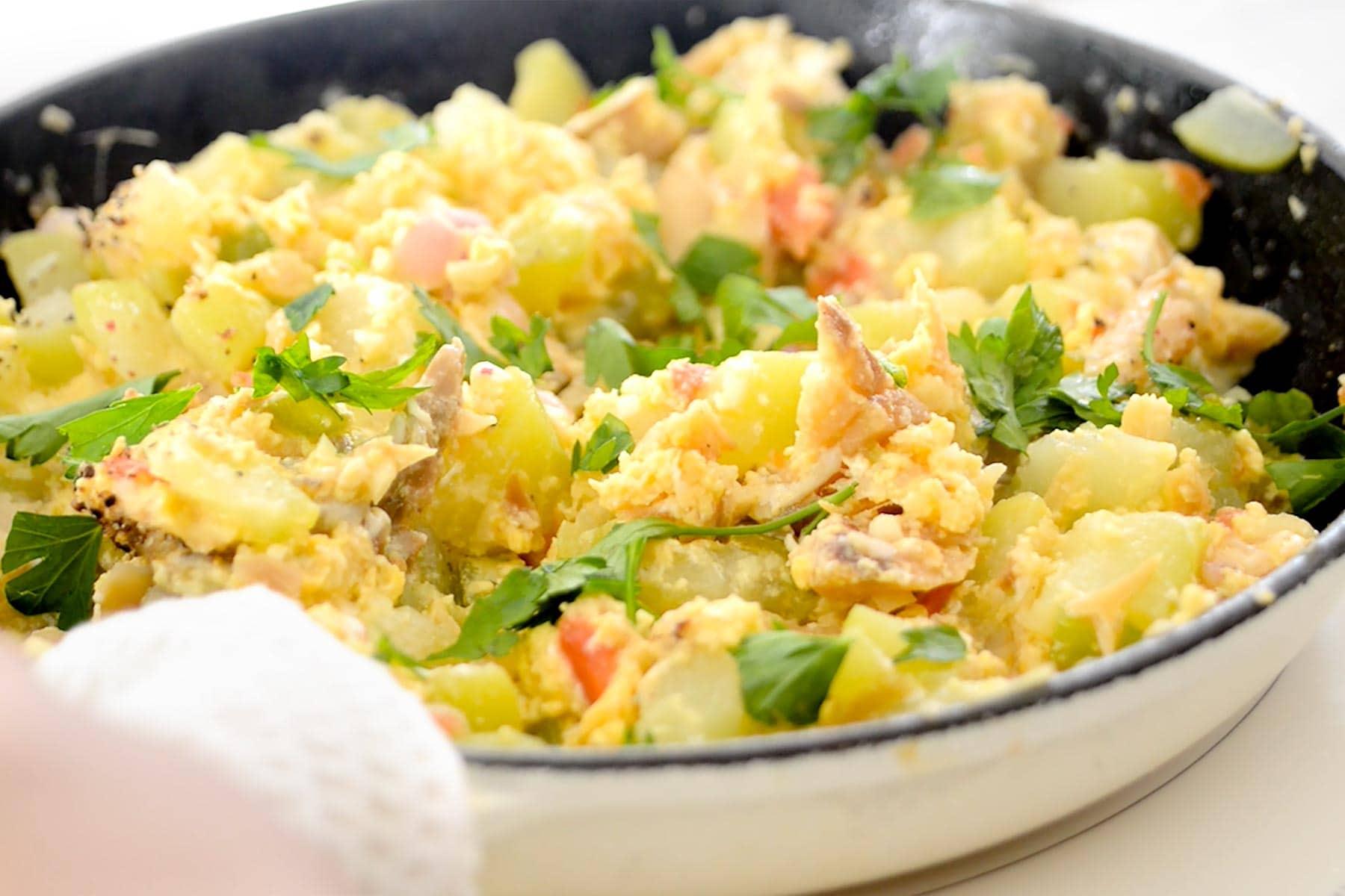 Bacalao con huevo y tayota listo en la sartén