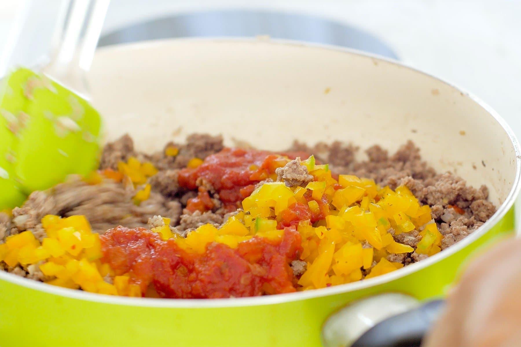 Agregando ajies y salsa