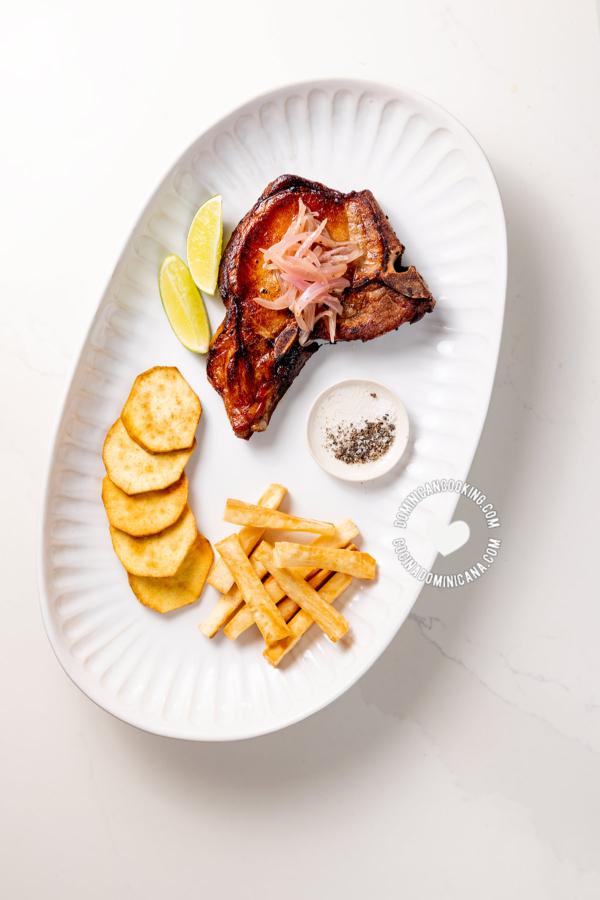 Chuletas fritas con batata y yuca frita