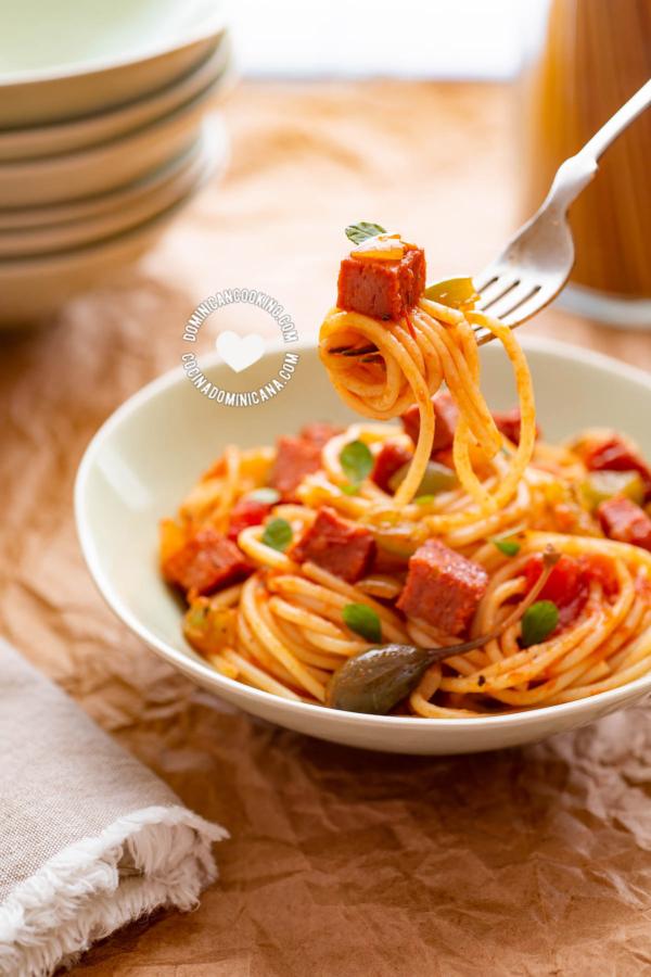 Plato de Espaguetis dominicanos con salami