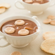 Tazas de habichuelas con dulce con galleta y casabe