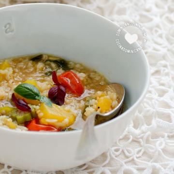 Bol de asopao vegano de arroz integral y vegetales