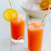 Jugo de Zanahoria y Naranja en Dos Vasos
