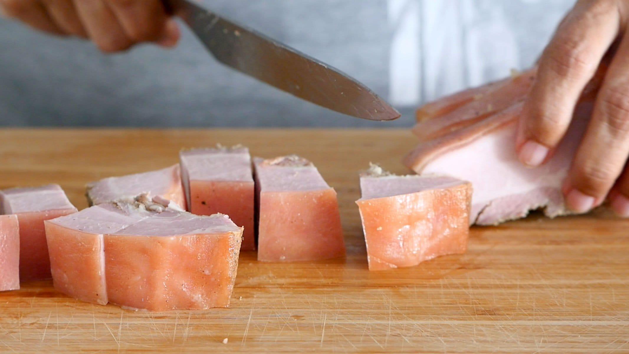 Cortando la carne para chicharrón