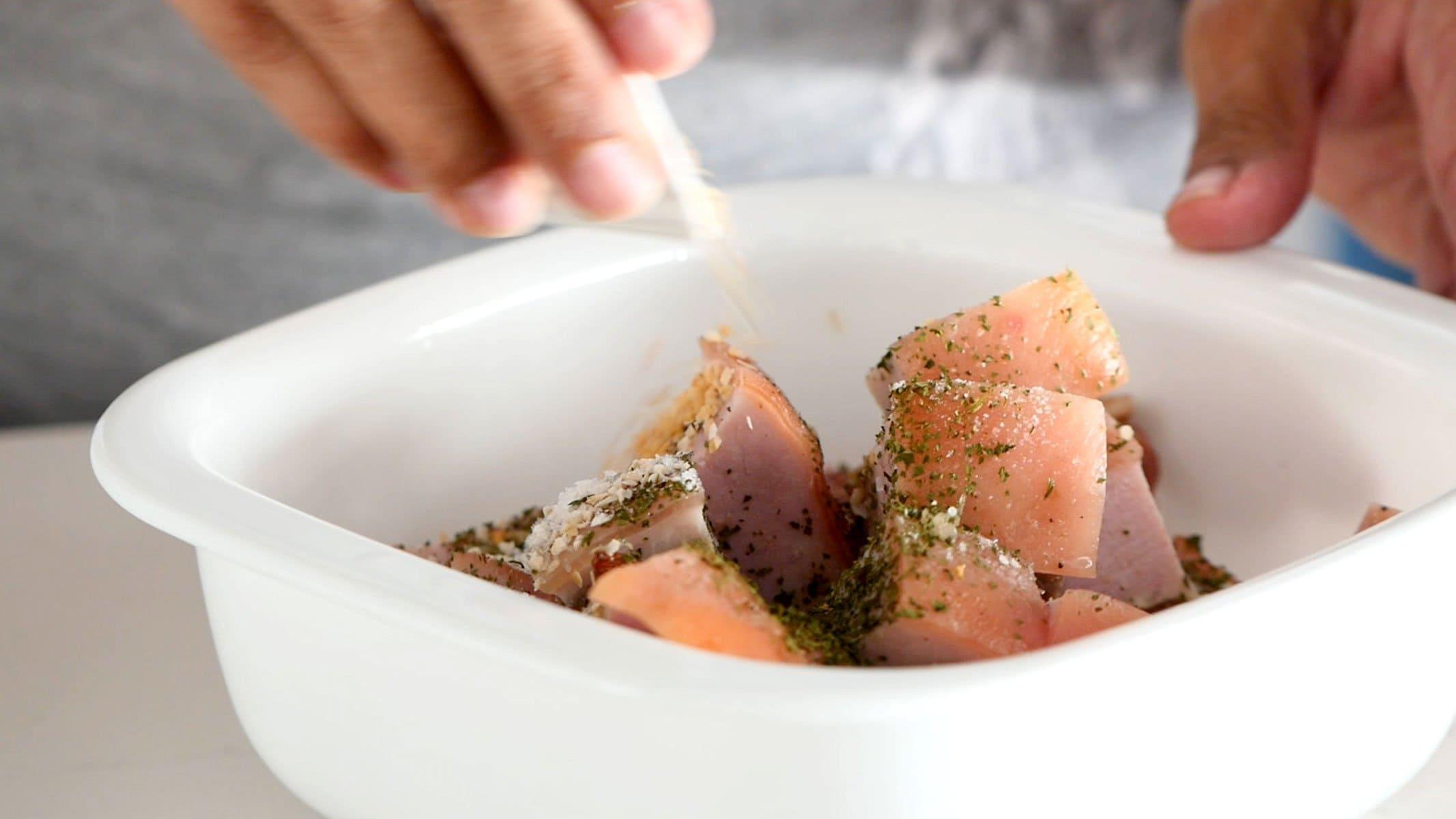 Sazonando la carne para chicharrón