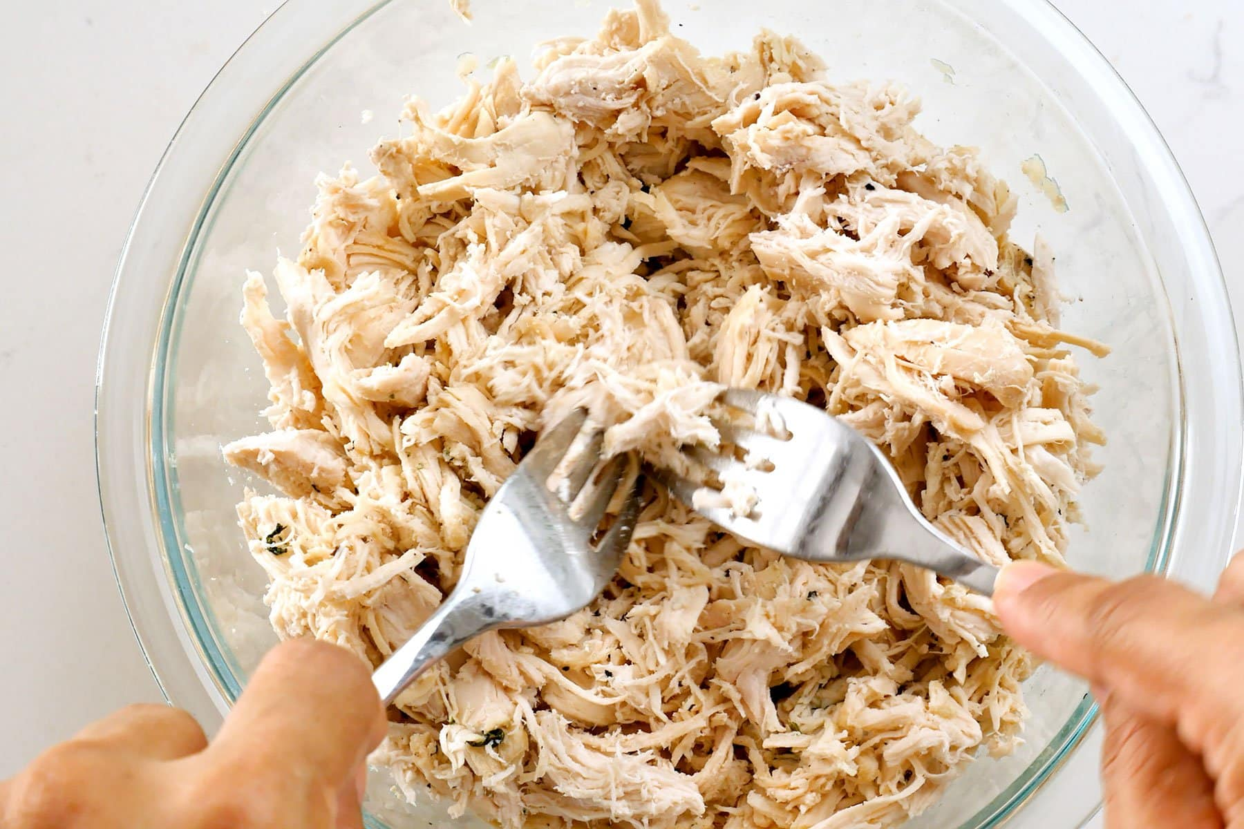 Desmenuzando el pollo con dos tenedores