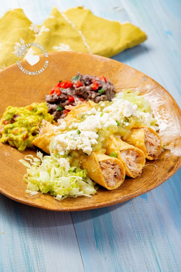 Flautas mexicanas de pollo con salsa y queso
