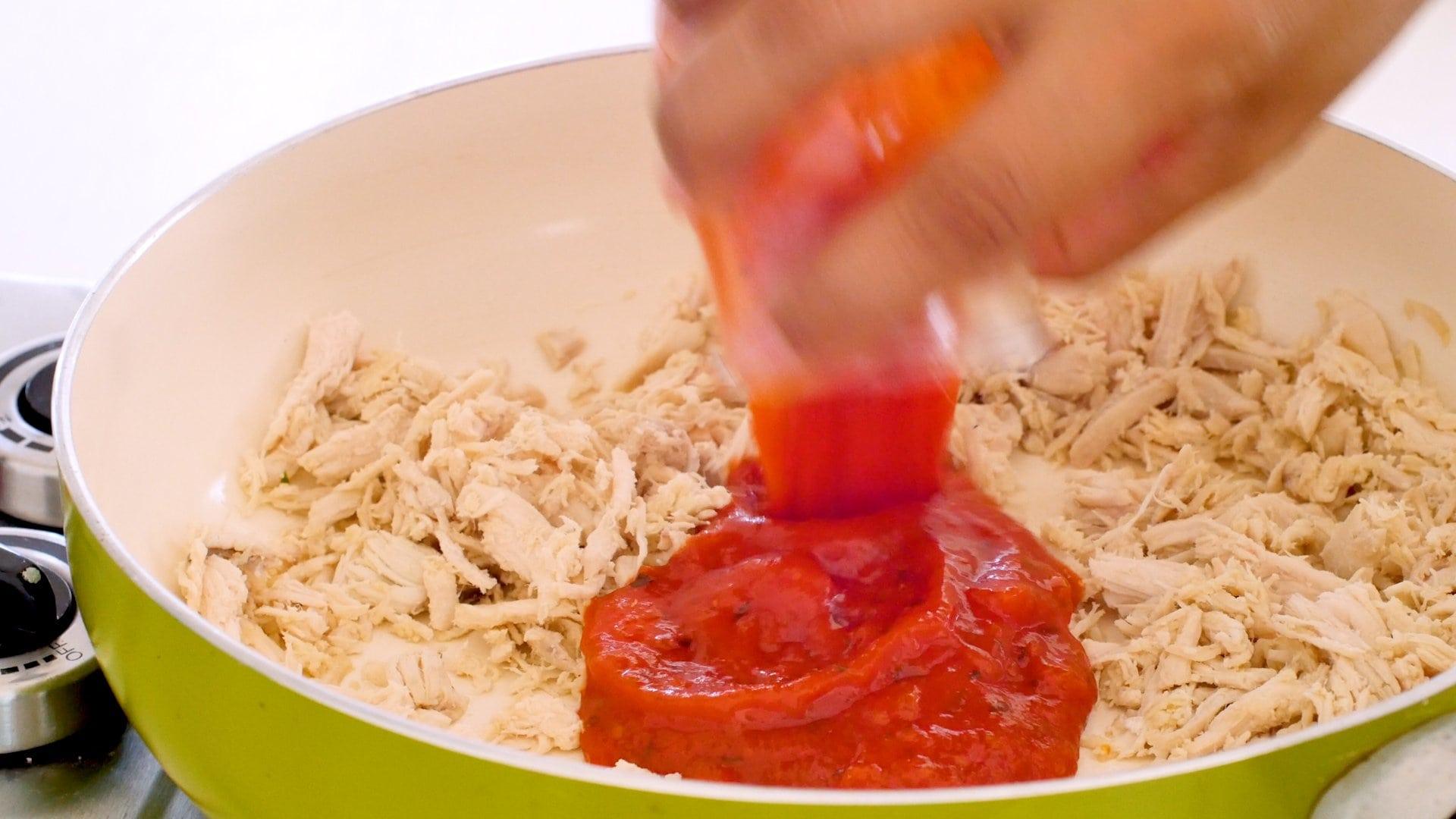 Agregando salsa de tomate al pollo