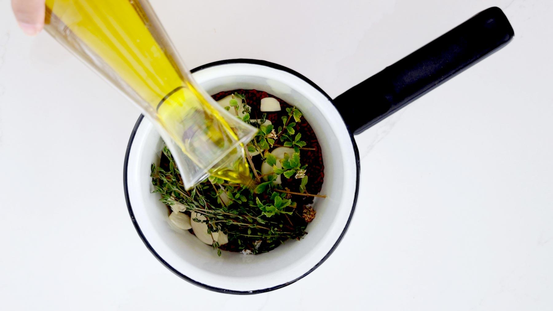 Agregando aceite a los ingredientes