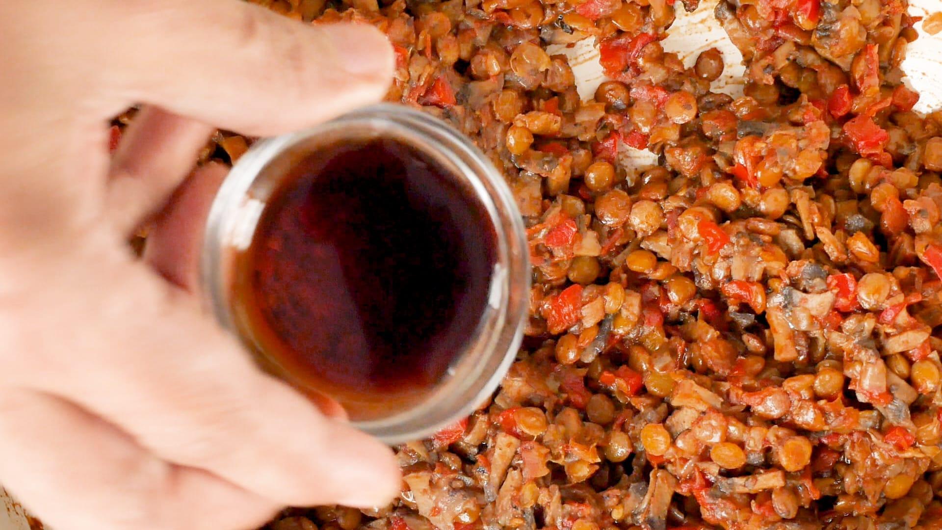 Agregando la salsa de soya