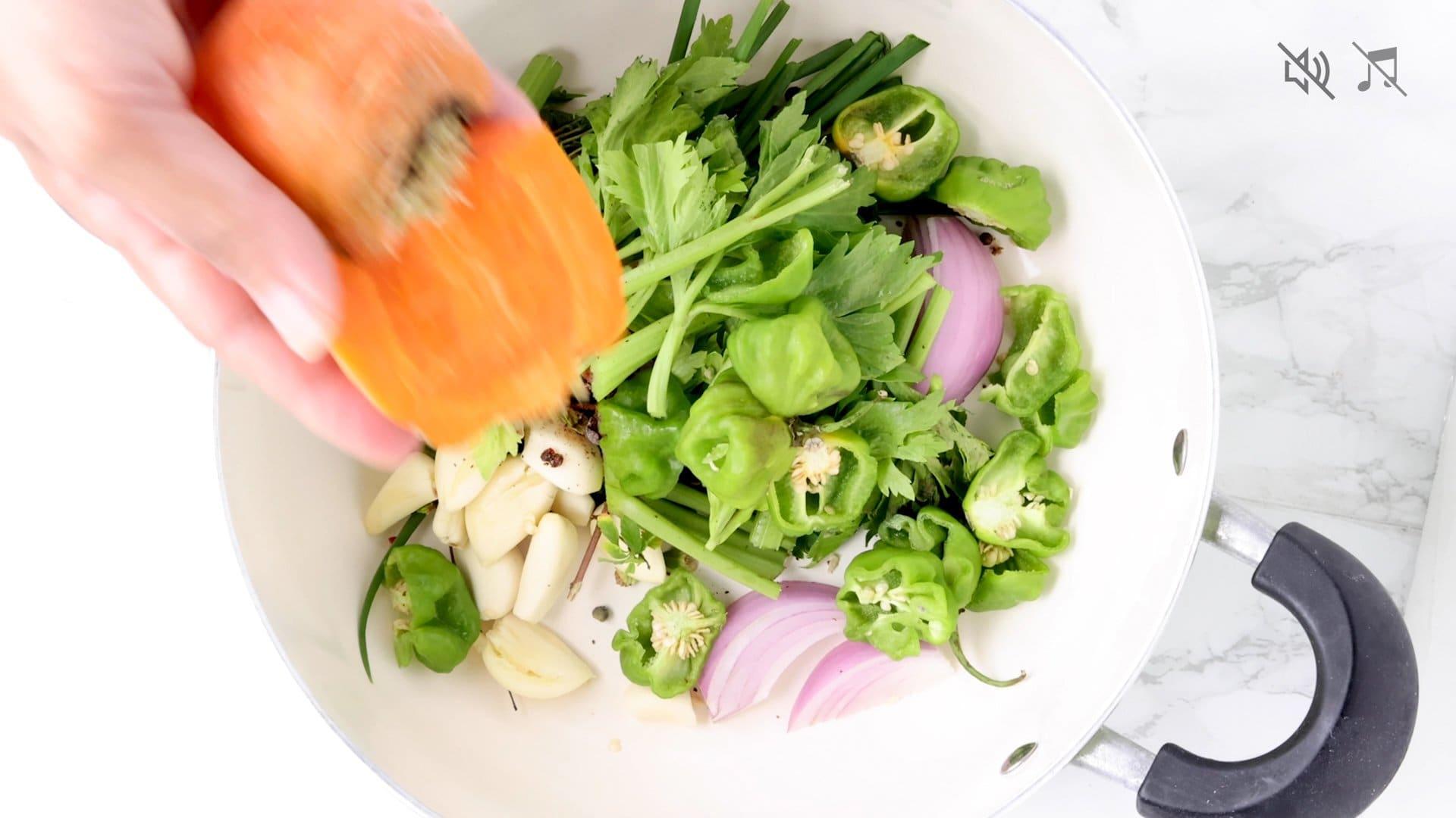 Combinando ingredientes en la olla